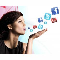 """Las mujeres son más """"fanáticas"""" de los smartphones y las redes sociales que los hombres"""