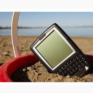 El 53% de los españoles no se irá de vacaciones sin su smartphone y sin tener acceso a internet, según ING