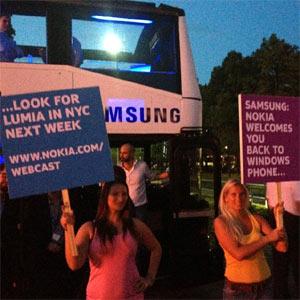 Nokia recibe al nuevo smartphone de Samsung, el primero con Windows Phone 8, con una acción de marketing de guerrilla