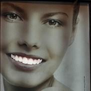 Cuando las vallas publicitarias brillan en la oscuridad para convertirse en blanco de todas las miradas