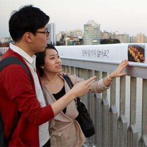 """Samsung transforma el """"puente de la muerte"""" en el """"puente de la vida"""" en Corea del Sur"""