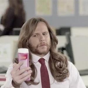 Dove nos demuestra en un divertido spot por qué los hombres no deberían usar champú para mujeres