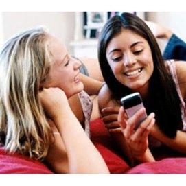 Las jóvenes prefieren navegar por internet a través del móvil