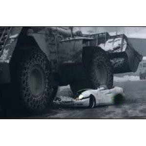 Un Mercedes blanco demolido por una excavadora siembra la duda en la red