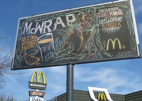 McDonald's cambia las vallas publicitarias por pizarras gigantes en Polonia