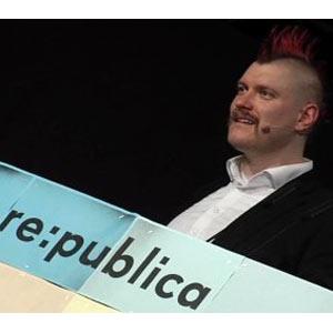 """El bloguero Sascha Lobo insta a """"recuperar internet"""" en un discurso cargado de rabia"""