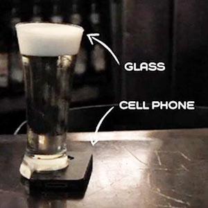 Un bar brasileño inventa un vaso de cerveza que promete curar nuestra adicción al móvil