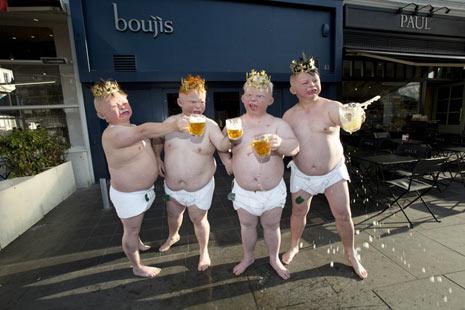 """Cuatro bebés gigantes se pasean por Londres para promocionar una casa de apuestas con motivo del """"nacimiento real"""""""