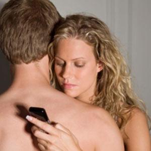 ¿Tres en la cama son multitud? Un 20% de los jóvenes utiliza su smartphone mientras hace el amor