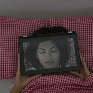 Érase una vez una mujer pegada a la pantalla de un ordenador: así es el nuevo y sorprendente spot de Lenovo