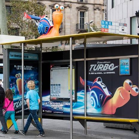Una campaña en 3D de la película Turbo preside el techo de las paradas de autobús de Barcelona