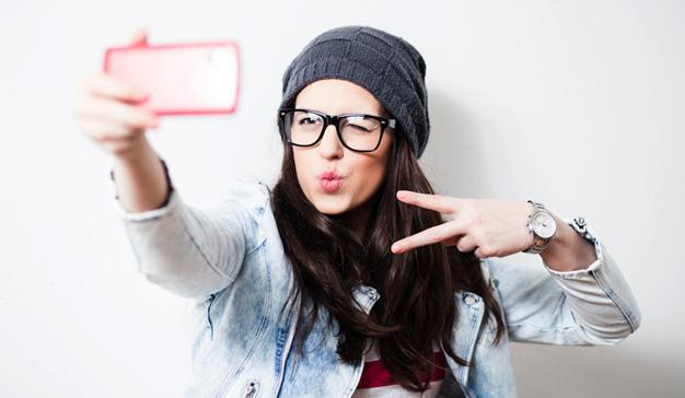 woman-taking-selfie