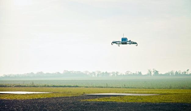 Le llamaban loco, pero Amazon ha hecho su primera entrega con dron (a un cliente real)