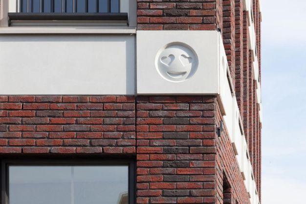 Un arquitecto crea un edificio lleno de emojis para que en el futuro se reconozca su época