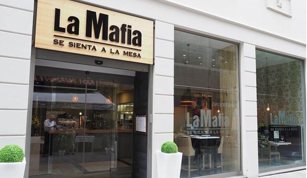 Dos cantantes de ópera interrumpen la presentación de la nueva carta de La Mafia se sienta a la mesa