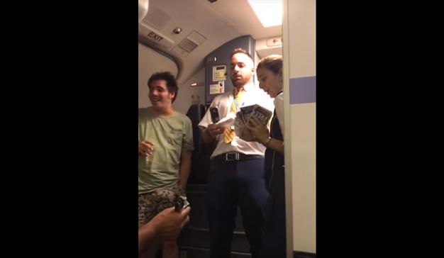 """Un azafato de Ryanair versiona """"Despacito"""" para vender lotería y éste es el resultado"""