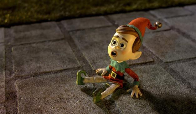 Un simpático elfo busca adornos que se tomen la Navidad en serio en este delicioso spot