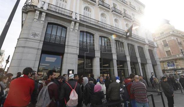 Casi 400 personas trasnochan frente a las tiendas de Apple para lograr el iPhone X