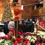 """Así decoran sus escaparates navideños las marcas """"al otro lado del charco"""""""