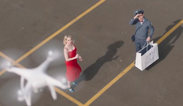 Elijah Wood interpreta a un cartero en la nueva campaña de Prada