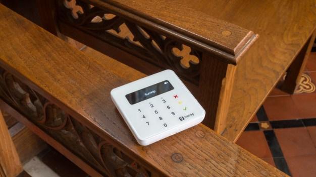 """La Iglesia anglicana se """"convierte"""" a la tecnología introduciendo sistemas de pago contactless"""