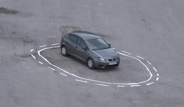 Este artista logra engañar de forma ingeniosa a un vehículo autónomo