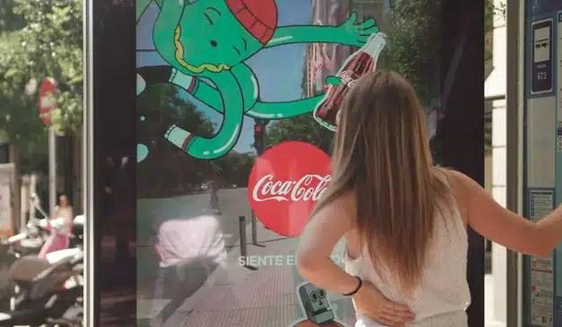 Posterscope y Coca-Cola refrescan las marquesinas de Madrid con realidad aumentada