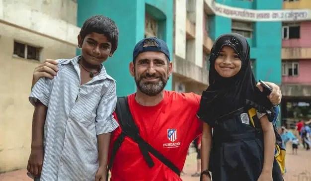 Pedro Herráiz con dos niños en Bombay