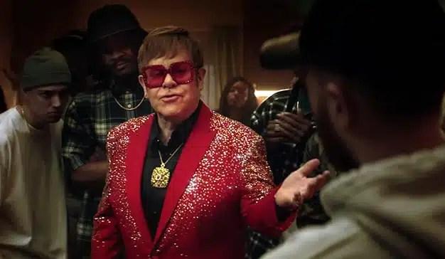 """Sir Elton John se """"cuela"""" en una batalla de rap en este nuevo anuncio de Snickers"""