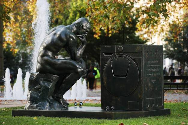 """Samsung invita a los hombres a convertirse en uno de estos clásicos """"dioses domésticos"""" en su nueva campaña"""