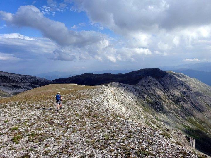 Descending from the Cima di Fondo di Maiella with the slopes of the Fondo di Maiella to the right