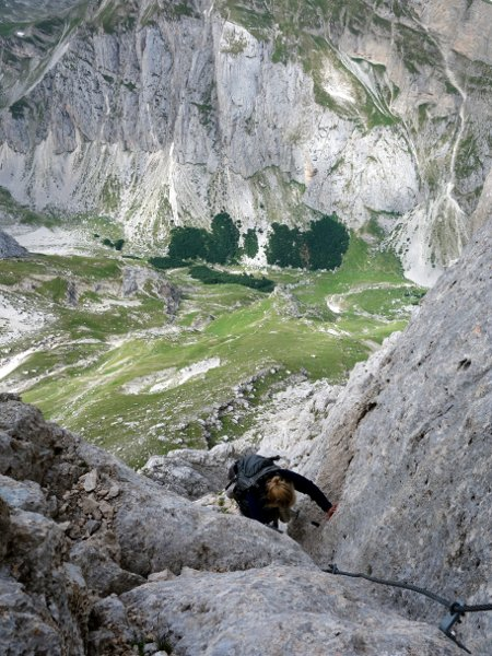 Edita scrambles up Corno Piccolo, with the Arno Valley 1,000m below