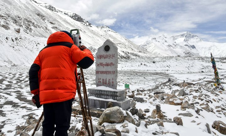 Chinese surveyor Zheng Lin surveys Everest from base camp on 27 May 2020. (Photo: Xinhua / Jigme Dorje)