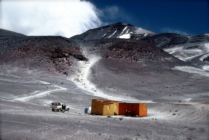 A bleak-looking Tejos Camp at 5,800m on Ojos del Salado (Photo: Xevi Varela / Flickr)