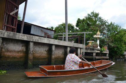 Bangkok Chao Phraya allein im Boot