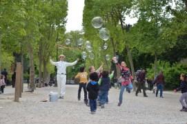 Schillernde Seifenblasen am Champ de Mars