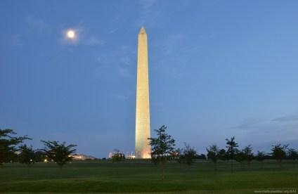 Das Washington Monument in der Dämmerung