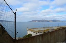 Blick vom Alcatraz Gefängnishof auf die Golden Gate Bridge