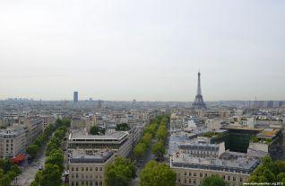 Blick Eiffelturm und Tour Montparnasse vom Arc de Triomphe