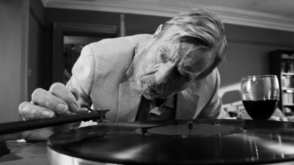 Bill (Timothy Spall) dans The Party