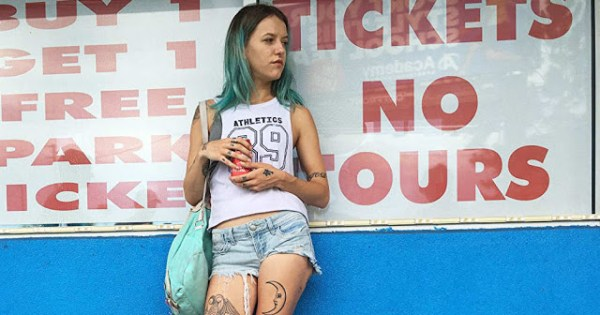 Bria Vinaite (Halley) dans The Florida Project
