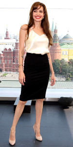 Um clássico dos anos 50, que nunca mais saiu de moda e compõe um visual chique e sensual, como esta que Angelina Joly está vestindo. Pode ser feita em microfibra, linho, gabardine, sarja, piquet, seda, lã, tweed, tafetá... Segue moldes do 38 ao 56.