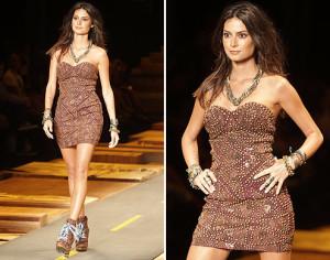 Um vestido clássico e simples que pode ser esportivo ou chique como este da  grife Coca-Cola Clothing, desfilado pela atriz Thaila Ayala. Segue molde do 36 ao 56.
