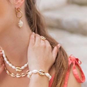 boucles oreilles coquillage acier dore 300x300 - Ma sélection shopping estivale - dentelle, osier & coquillage