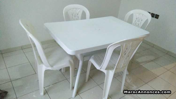 table en plastique avec 4 chaises