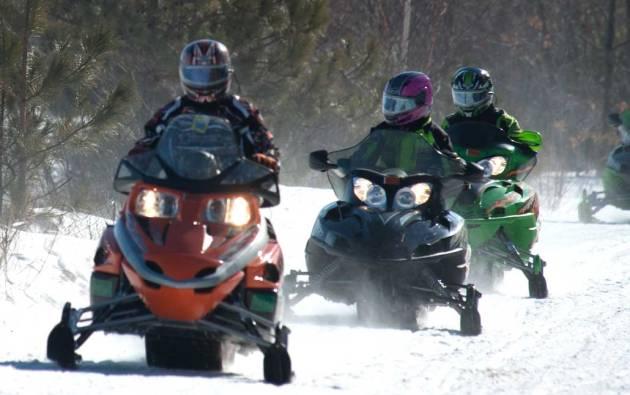 snowmobiles-upper-peninsula-michigan-marquette-magazine-photo