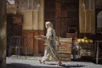 Mulher com roupa tradicional na medina de Fes em Marrocos