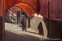 Mulher na medina de Marraquexe em Marrocos