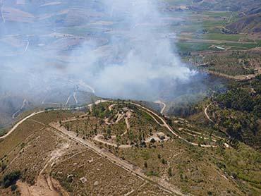 Incendio nei boschi di Castellammare, elicottero dell'Aeronautica doma le fiamme
