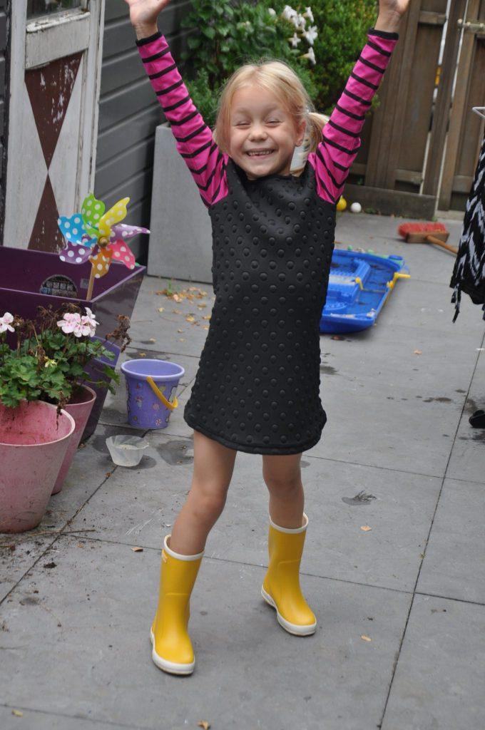 Vrolijke combi met een spacy jurkje uit de laatste collectie van LoFff.